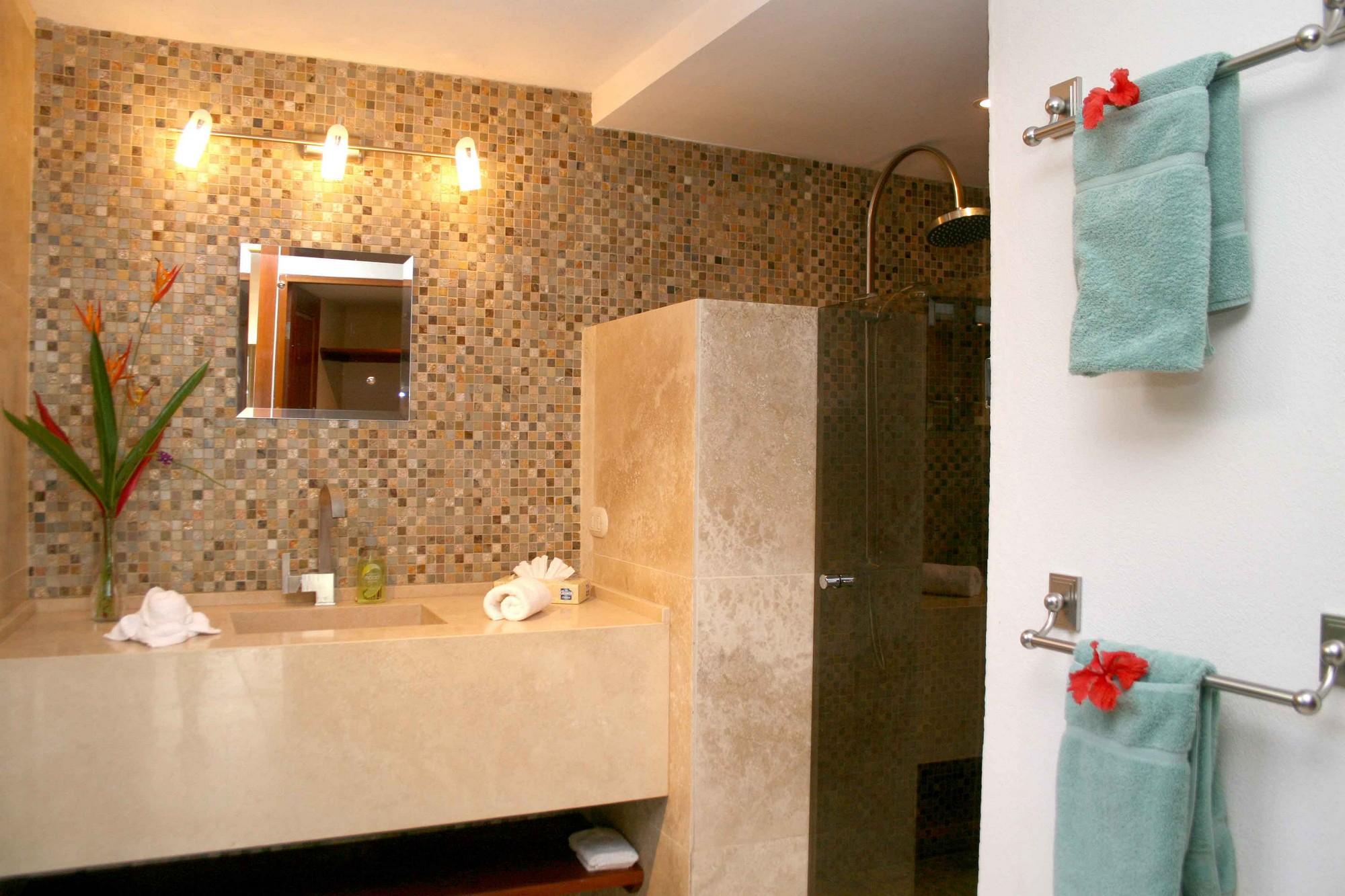 Casa de las Cascadas, Manuel Antonio, Costa Rica The downstairs guest bath is brand new, and spacious.