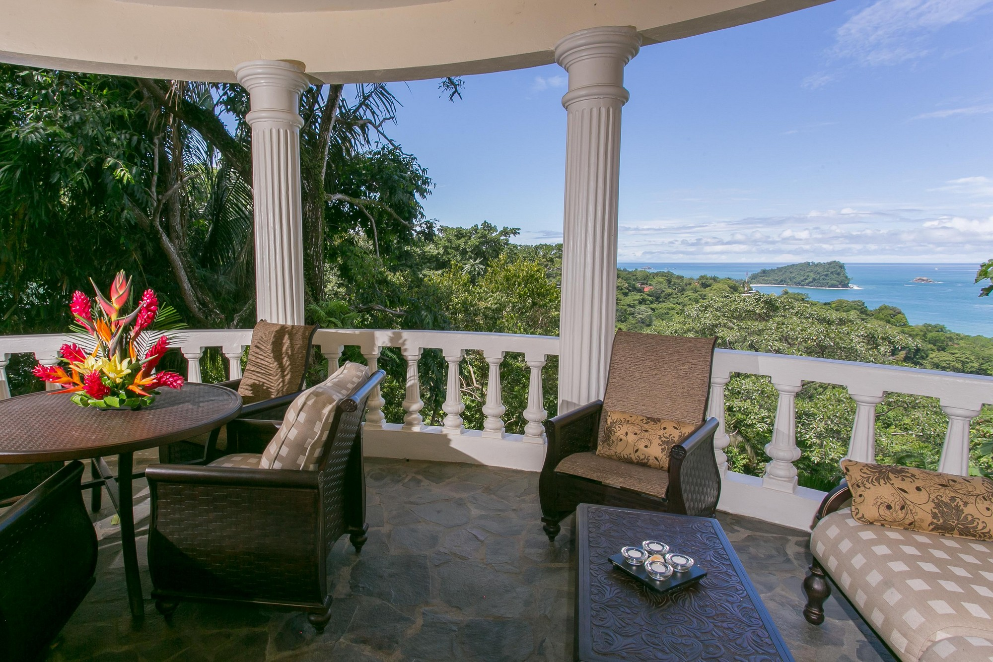 Vacation rentals near manuel antonio national park for Balcony sunbathing